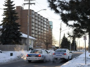 Ottawa Police sets up a parameter around Chimo hotel on Wednesday, Jan. 21, 2015. Hotel was evacuated after RCMP chemical alert suspect was located inside. (© James Park / Ottawa Citizen) Reproduced under the Fair Dealing Provision.