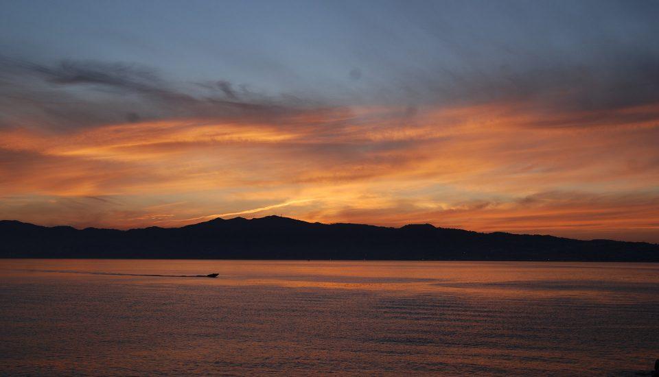 Cabin Charter Eolie - Reggio Calabria - Tramonto Lungomare Reggio - Vacanza in Barca a Vela - Viaggio in Barca a Vela - Calabria - Sicilia