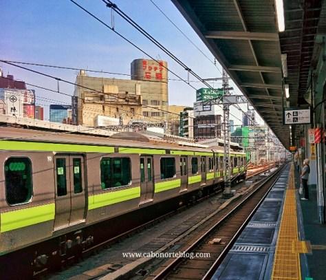 Esperando el tren en Japón