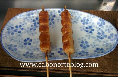 brochetas de arroz, japon, comida japonesa