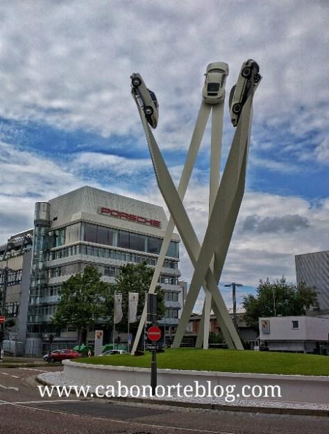 Frente el Museo Porsche en Stuttgart, Alemania
