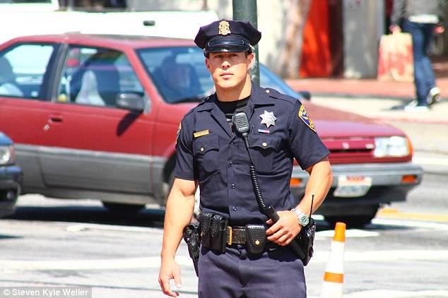 1460755133_282_FOTOS-Los-8-Policías-más-Guapos-del-mundo.-Mecaso