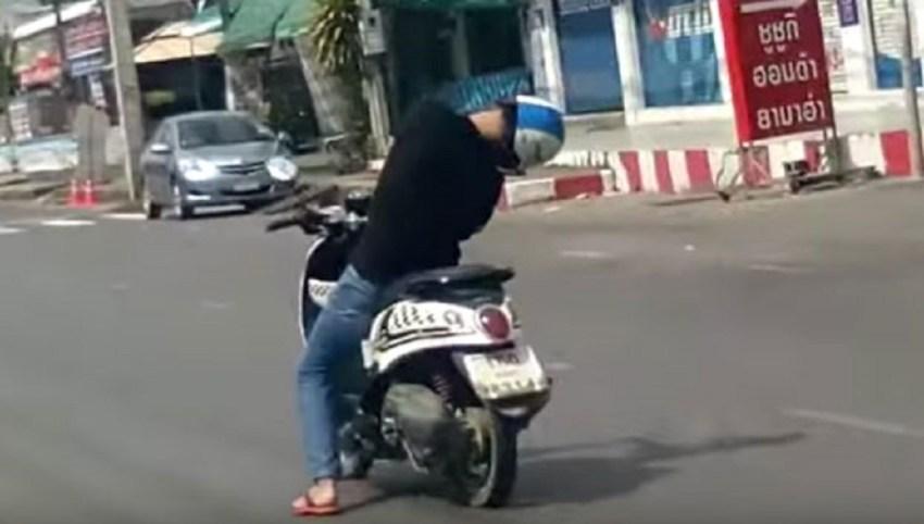 hombre-moto-circulando-inconsciente