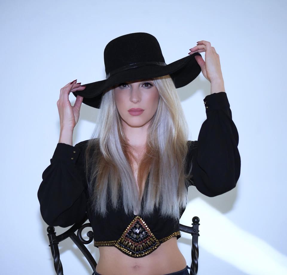 伊芙道斯黑色帽子露脐装