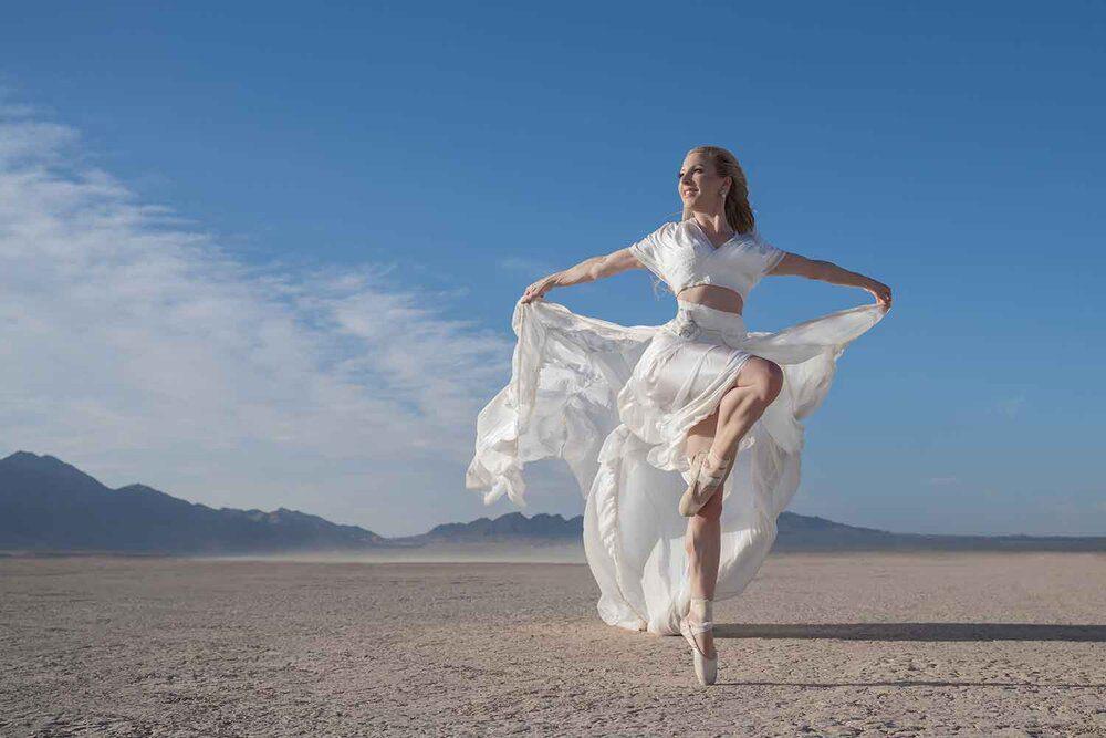 芭蕾舞女演员伊芙·道斯在维加斯沙漠拍摄照片