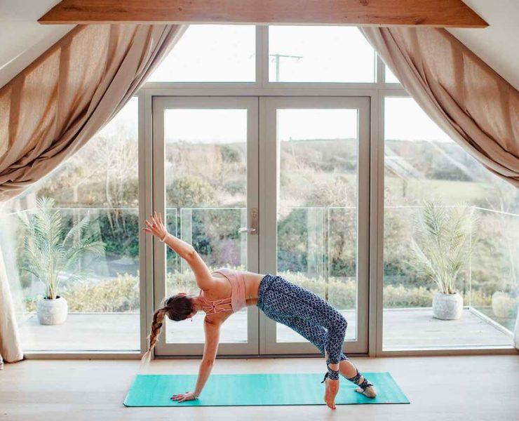 瑜伽女子侧平板支撑