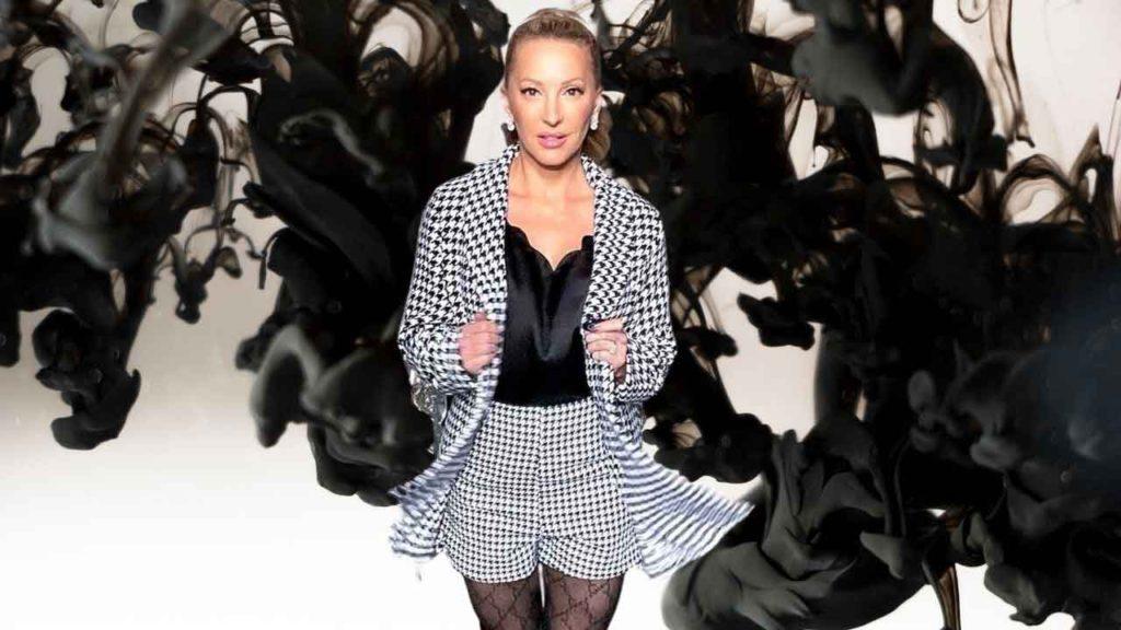 奢侈生活博主伊芙·道斯在她的时尚版块上穿着设计师设计的服装
