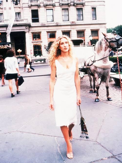 凯莉·布拉德肖穿着纽约广场的白色吊带裙