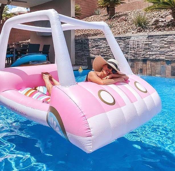 有趣的男孩浮最好的游泳池浮高尔夫球车