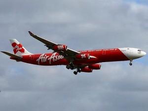Indonesia suspende búsqueda del avión de AirAsia hasta la mañana del lunes