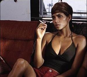 Halle Berry pasó ocho semanas sin lavarse para rodar 'Fiebre salvaje'