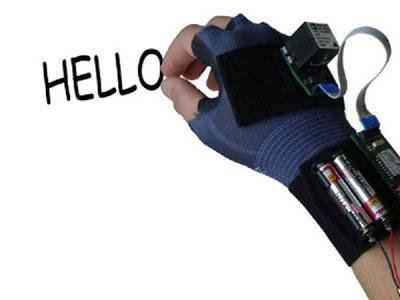 """Un guante conocido como """"airwriter"""" reconoce los trazos que se dibujan y los traslada a una pantalla del ordenador    El guante -apodado como airwriter- contiene sensores que registra los trazos realizados en el aire y los traslada a una pantalla del ordenador a través de un sistema informático que decodifica los movimientos.    Fue desarrollado por investigadores del Karlsruher Institut für Technologie en Alemania. Actualmente, el software reconoce las letras mayúsculas y tiene un vocabulario total de 8.000 palabras."""