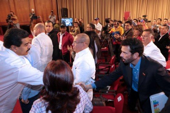 El líder de la oposición coincidió con el presidente venezolano en un evento sobre seguridad.