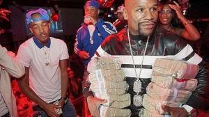 Floyd Mayweather regaló billetes en una fiesta a lo Pablo Escobar