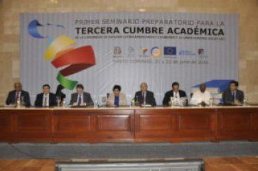 Mesa de honor en tercera cumbre académica