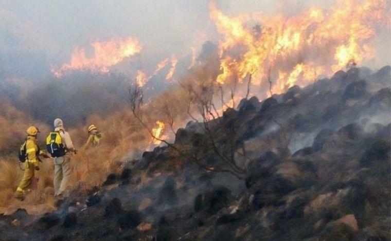 AUDIO: Córdoba: bomberos siguen combatiendo el incendio en Ischilín