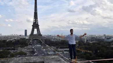 Photo of Un equilibrista cruzó el rio Sena en París sobre una cuerda a 70 metros de altura
