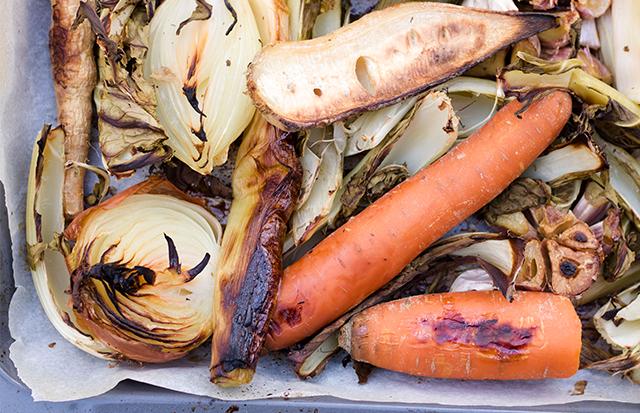 Wegański bulion na pieczonych warzywach