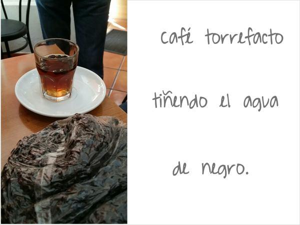 Café torrefacto tiñendo el agua de negro