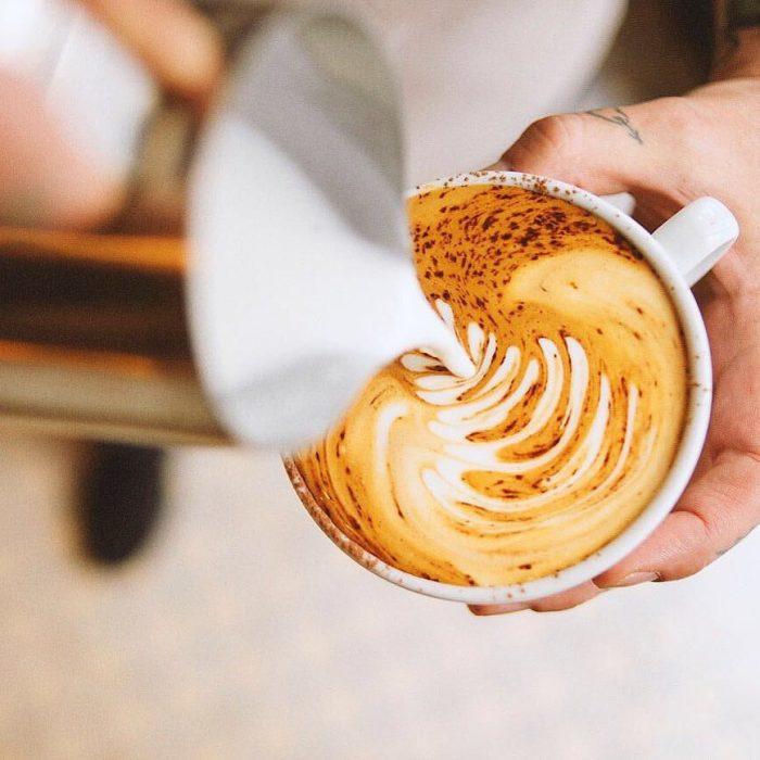 Terminando un café con latte art, bianchi kiosko cafe