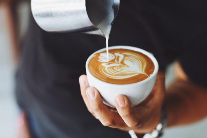 añadir leche al cafe