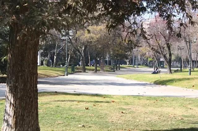 O parque em frente ao hotel
