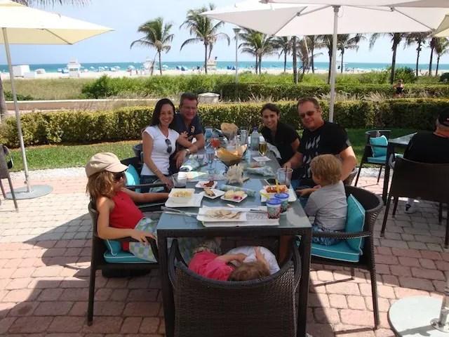 Almoço pós piscina com amigos no restaurante DiLido CLub Beach