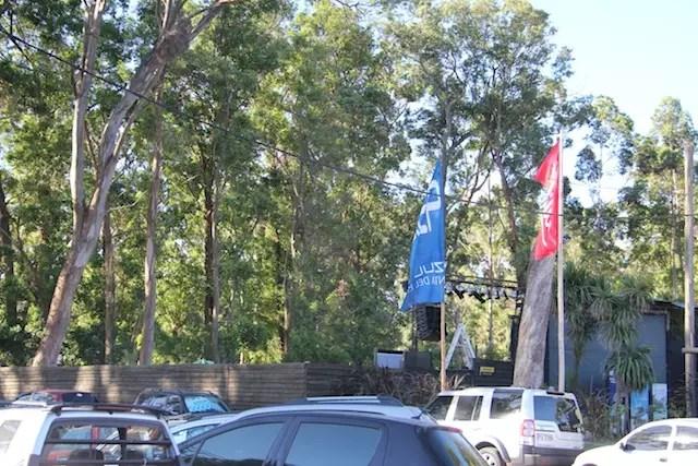 No cercado entre as árvores, o palco montado ao ar livre visto de dia