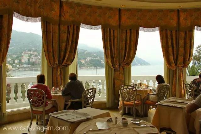 Café da manhã no Excelsior Palace com vista para o Porto de Rapallo