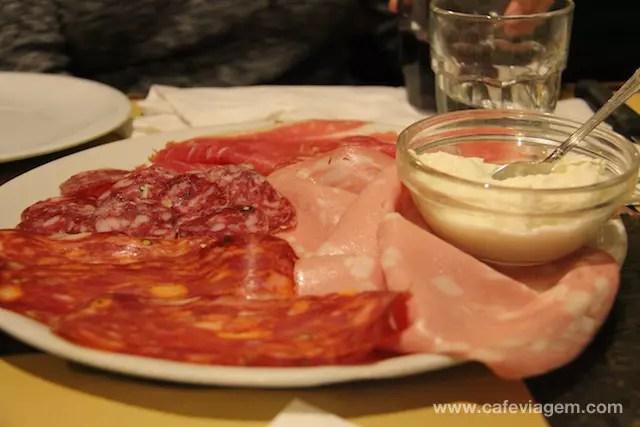 a combinação perfeita: prosciutto, mortadela, salames, pães italianos e queijo stracchino