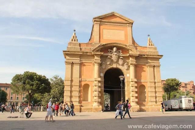 Porta Galliera ao final da via dell'Indipendenza (o trajeto segue até o centro histórico da cidade)