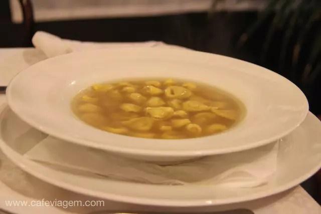 tortellini al brodo (em português, nossa sopa de capeletti!)