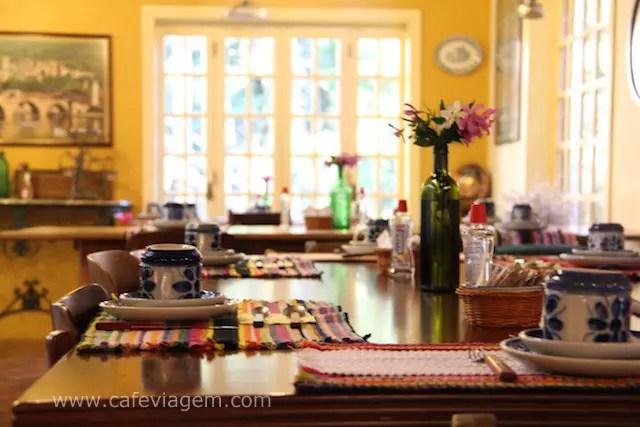 as belas mesas coloridas e ensolaradas do café da manhã, curti!