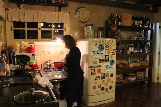 a vantagem do hotel: cozinhar o seu próprio jantar e curtir um vinho na lareira