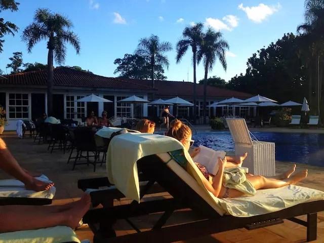 astral arrebatador do fim de tarde na piscina