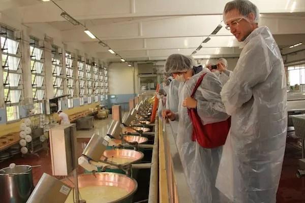 os visitantes precisam usar toucas, aventais e máscaras para entrar dentro da produção