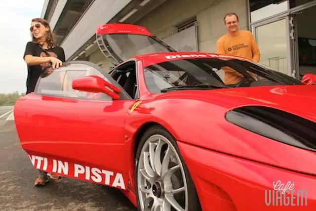 Fui ali dar um voltinha de Ferrari e já volto!!
