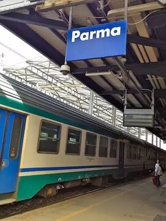 A chegada pela estação de trem de Parma