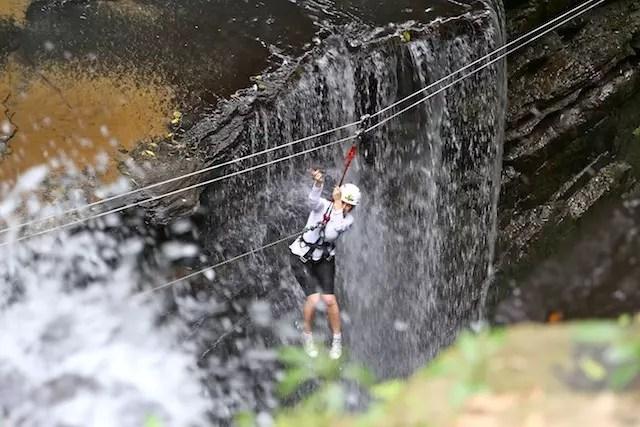 A Corvolesa - misto de tirolesa com rapel entre as cachoeiras.  Foto Luiz Costa