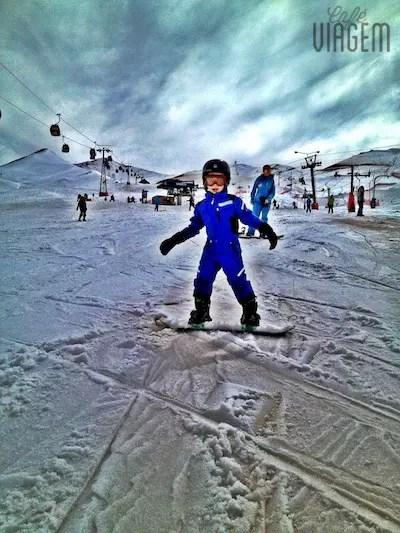E lá vai o meu garoto em sua primeira descida de snowboard, uhu!