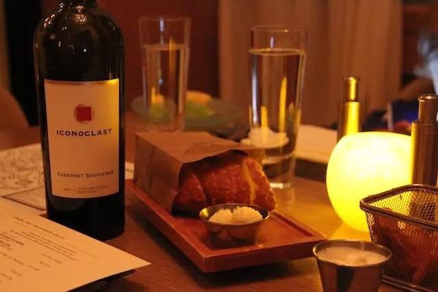 o start do banquete: vinho, couvert, batatinhas e maionese trufada