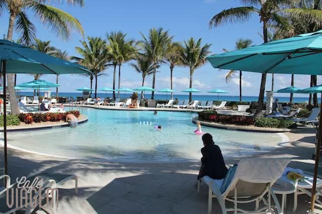 A piscina que simula uma prainha, perfeita com crianças!