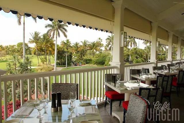 Que tal um almoço com a vista do campo de golfe? Corra para o Flagers Steakhouse