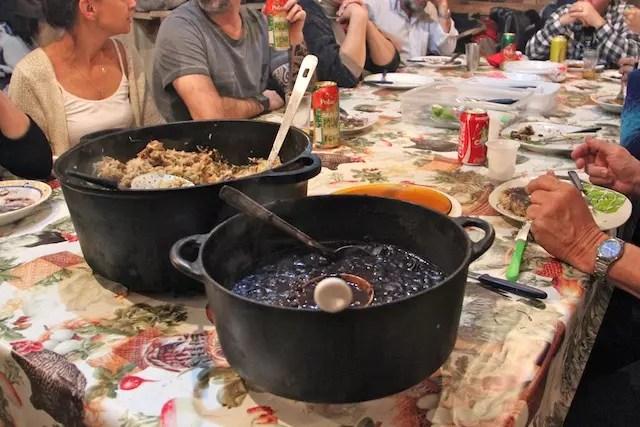humm, além do churrasco um prato clássico de arroz com galinha e feijão na panela de ferro!