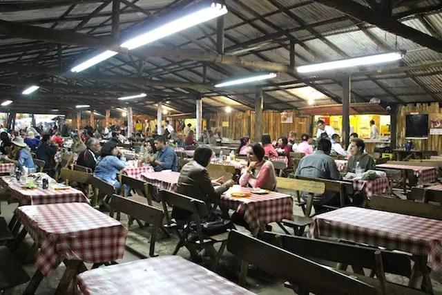 Há vários espaços na praça de alimentação, bem no centro do evento