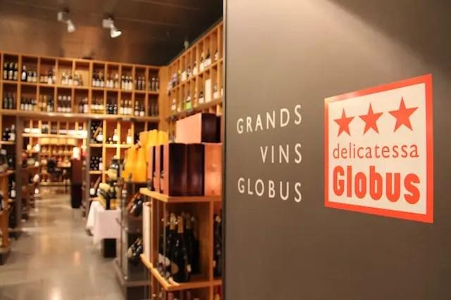 A loja de departamento Globus que além de roupas, perfumes e coisas para casa tem uma adega e supermercado