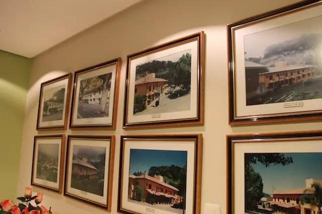 as fotos da fachada do hotel em todas as épocas na recepção (que hoje é vermelho)