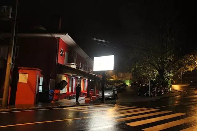 o hotel à noite e em dia de chuva...
