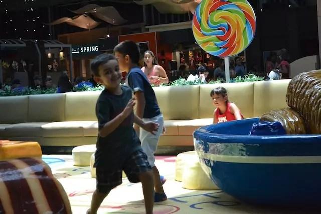 Rafa curtino a área de recreação no Dolphin Mall
