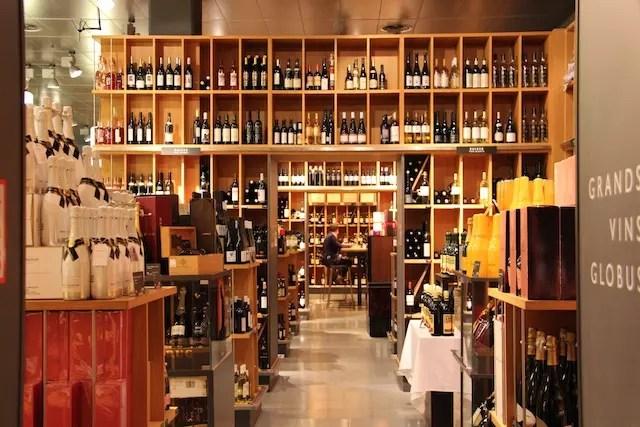 Excelente adega da Globus (com winebar) na Rue du Rhône, 48.
